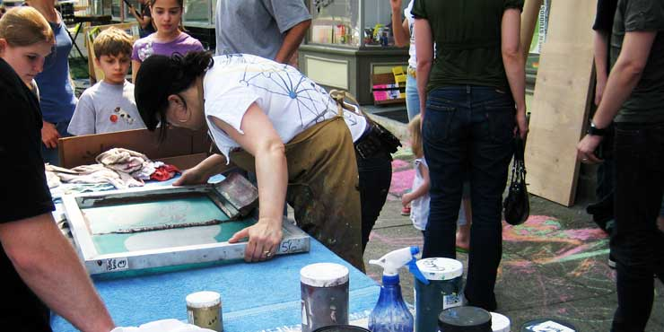 Alison from PMP shows kids how to screenprint (© Thundercut)