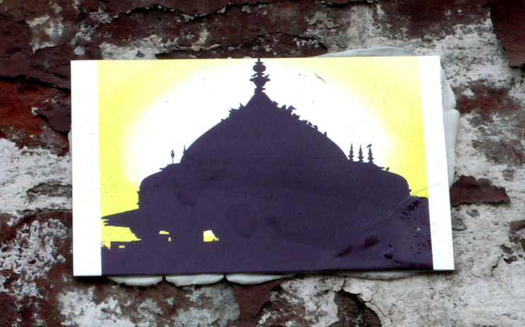 A very small stencil of a cupula and sun set. (Photo © Jaime Rojo)
