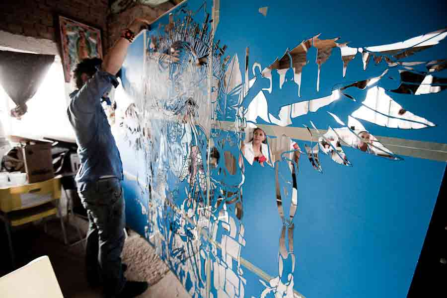 Joerael working with panels of his new piece. (© Dayvid Lemmon) Juarez, Mexico