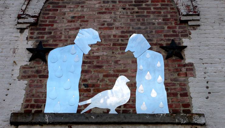 Tin cut out sculptures of a common scene in NYC (Photo © Jaime Rojo)