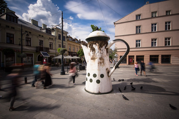 """UNIQA"" Public Sculpture Project Begins in Łódź with ""LUMP"""
