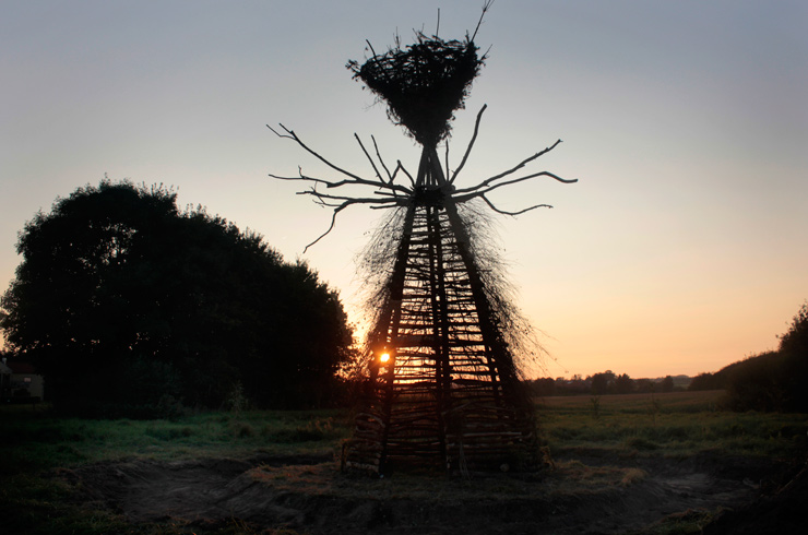 "Gola Hundun Creates a ""Tree of Life"" for ""Land-Shape Festival"" in Denmark"